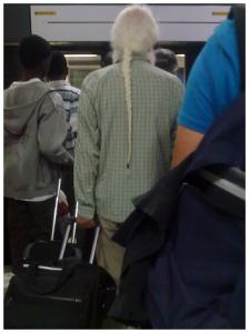Mann med lang hvit flette..